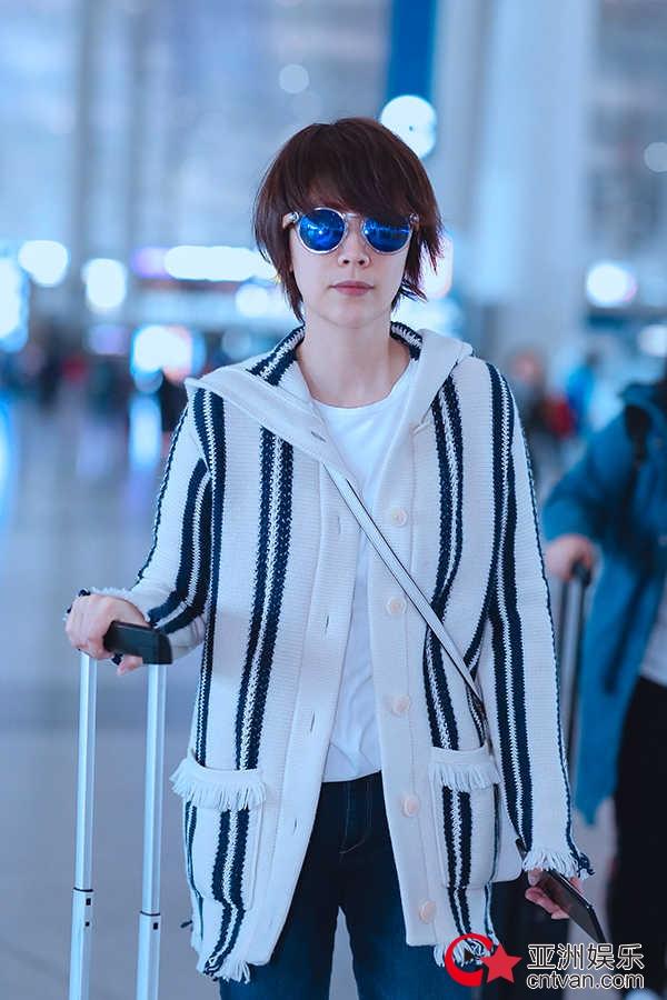 海清条纹开衫现身机场 墨镜遮面清新靓丽