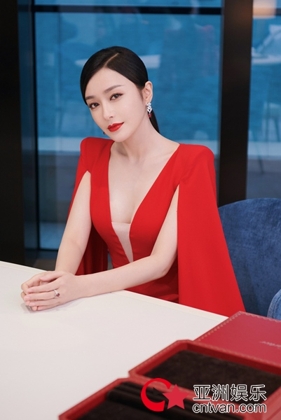 秦岚一袭红裙与女神林青霞同框 两代琼女郎引无数回忆