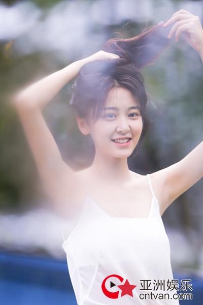 演员丁芝天初夏写真上线 清新甜美活力四射