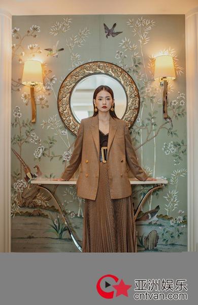 柴碧云复古造型出席艺术展 精致妆容衬托耀眼风姿
