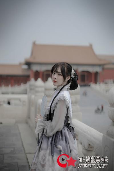 演员石雪婧故宫写真曝光 风格碰撞少女心爆棚