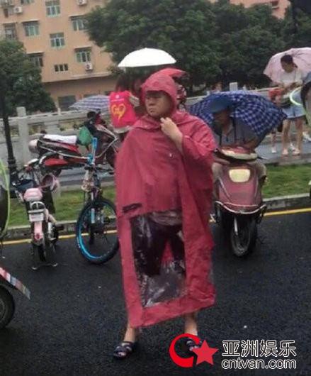 岳云鹏穿雨衣造型曝光 下雨天接孩子非常接地气