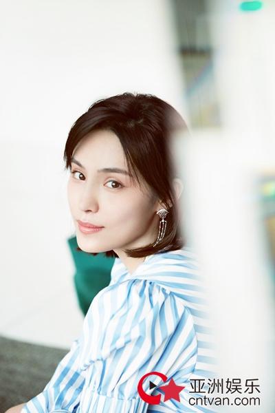 """韩丹彤综艺写真  一波画廊空间中的少女""""彤趣""""!"""