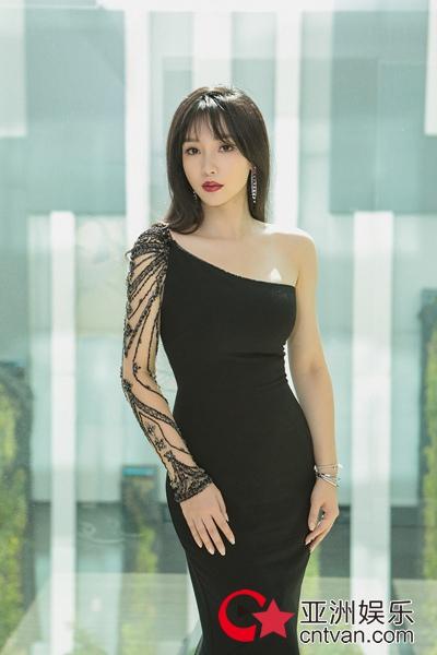 柳岩斜肩黑礼服写真露精致锁骨惹人羡 性感优雅完美融合