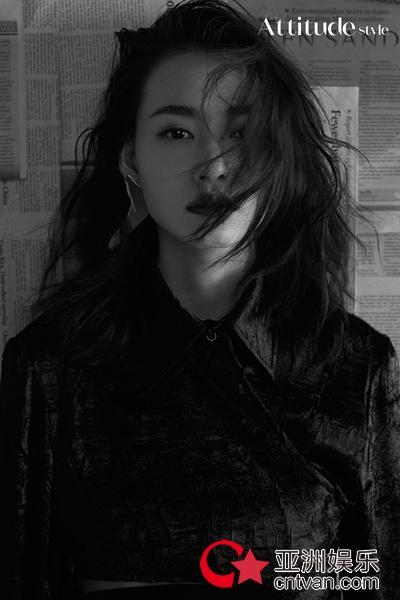 柴碧云写真与新角色成反差 卷发红唇诠释时尚态度