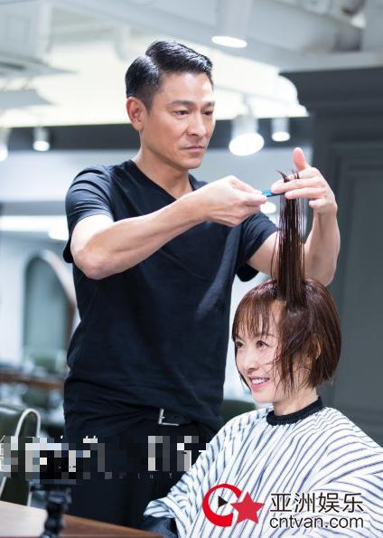 刘德华为鲁豫剪发 洗剪吹手法娴熟秒变理发师!