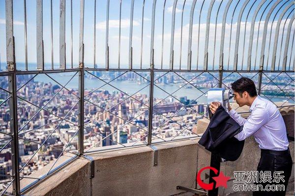 华语双栖明星胡宇威再度登顶纽约著名地标帝国大厦
