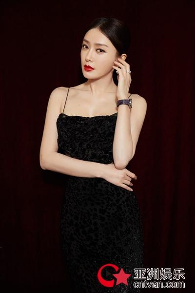 秦岚黑色长裙知性优雅 解锁品牌挚友新身份