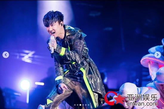 林俊杰演唱会中途呼吸困难 为不让粉丝失望坚持表演!