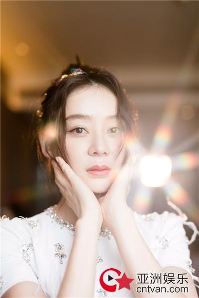 袁姗姗活动大片    演绎逆光闪耀的精灵少女