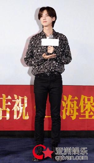 鹿晗星星衬衫造型亮相 搭黑裤马丁靴时尚有型