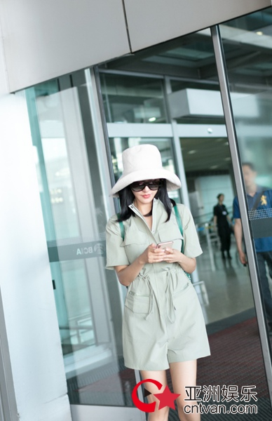 王智现身机场低调出行 巧搭绿色干净清爽
