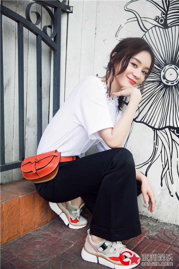袁姗姗夏日美照   笑容甜美长腿吸睛