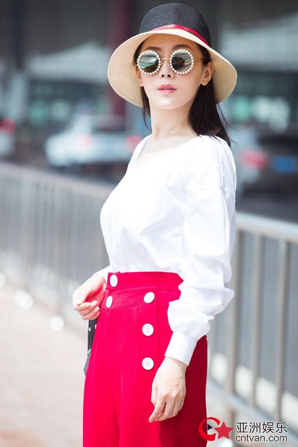 车永莉红白旅行街拍 性感帅气满满法式风