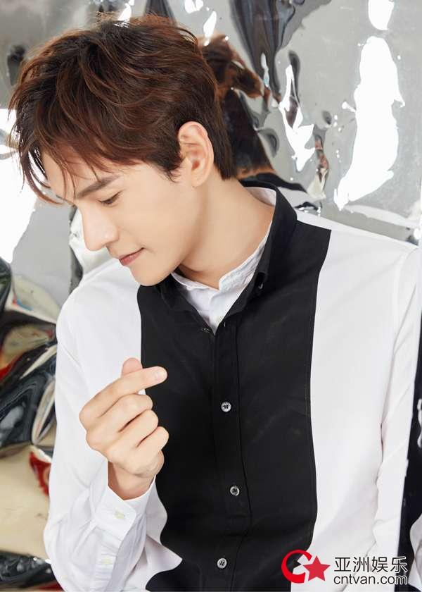 经超黑白双领衬衫造型清爽帅气 活力十足