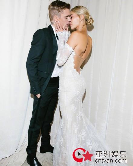 比伯海莉婚纱照曝光 两人拥吻网友柠檬了
