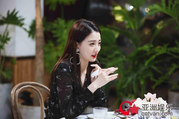 《女儿2》徐璐与张铭恩共进浪漫晚餐 心形耳环超吸睛