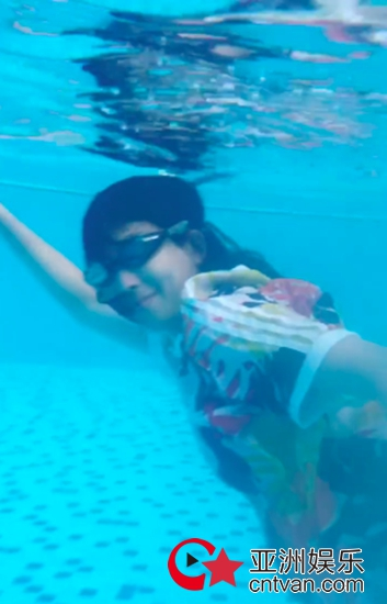 蔡少芬挺大肚游泳灵活敏捷 好一条美孕鱼!