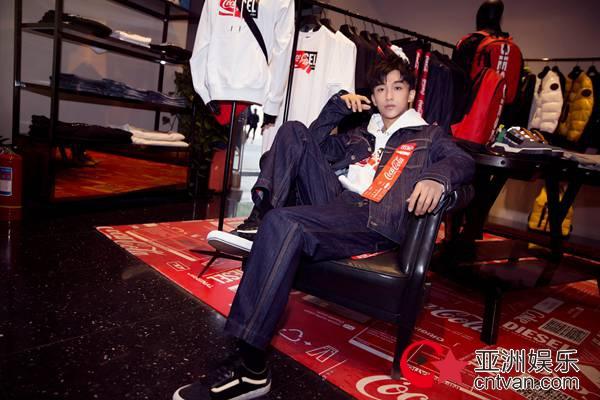 黄子弘凡参与某品牌互动展 化身潮酷少年体验时尚环保