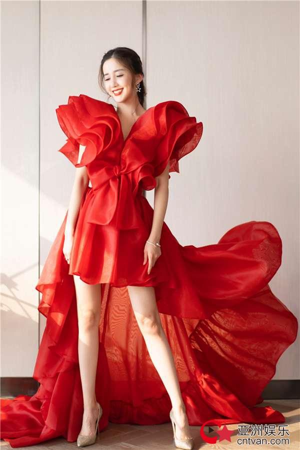 陈欣予仙女裙出席时尚活动 明艳动人长腿吸晴