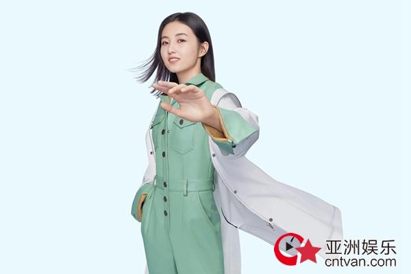 张子枫最新代言官宣 拼接皮质风衣酷劲尽显