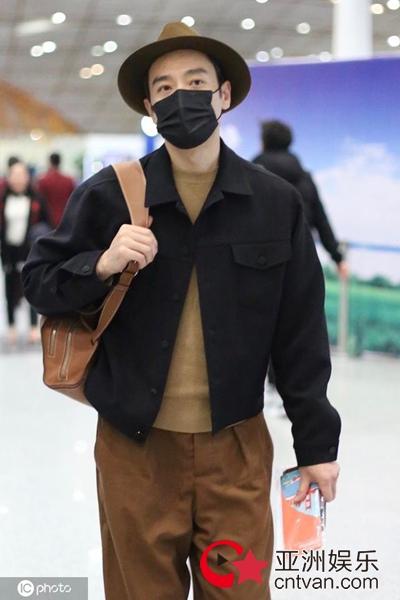 李光洁机场私服简约时尚   棕色系穿搭温暖袭人