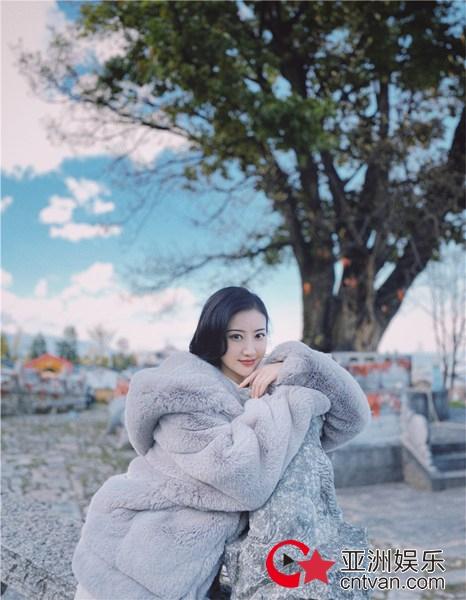 景甜分享冬日御寒神器 巨型毛绒外套呈柔暖时光