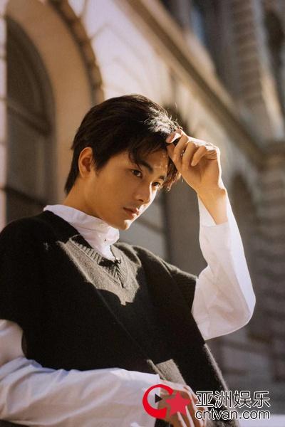 新锐演员邓竞生日写真 漫步街头英气尽显极具质感