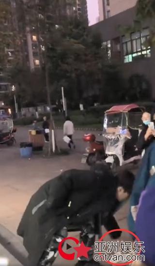 范丞丞为跟拍粉丝捡鞋 这样的爱豆太暖心!