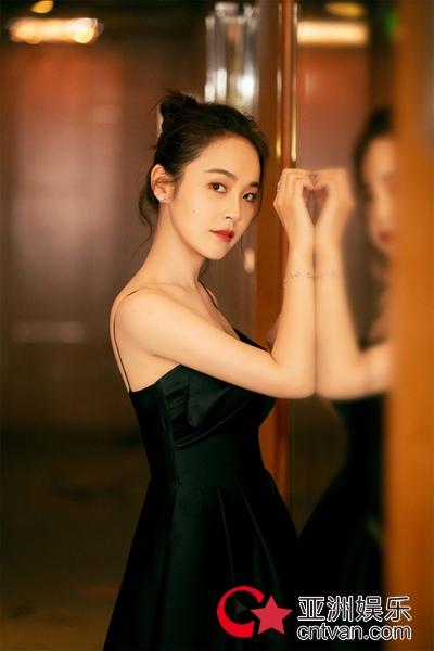 张佳宁黑吊带礼裙优雅精致 气质突出展现灵动美感