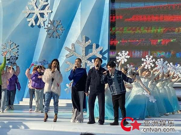 北京2022年冬奥会和冬残奥会赛会志愿者全球招募仪式启动 成龙 容祖儿合唱《燃烧的雪花》