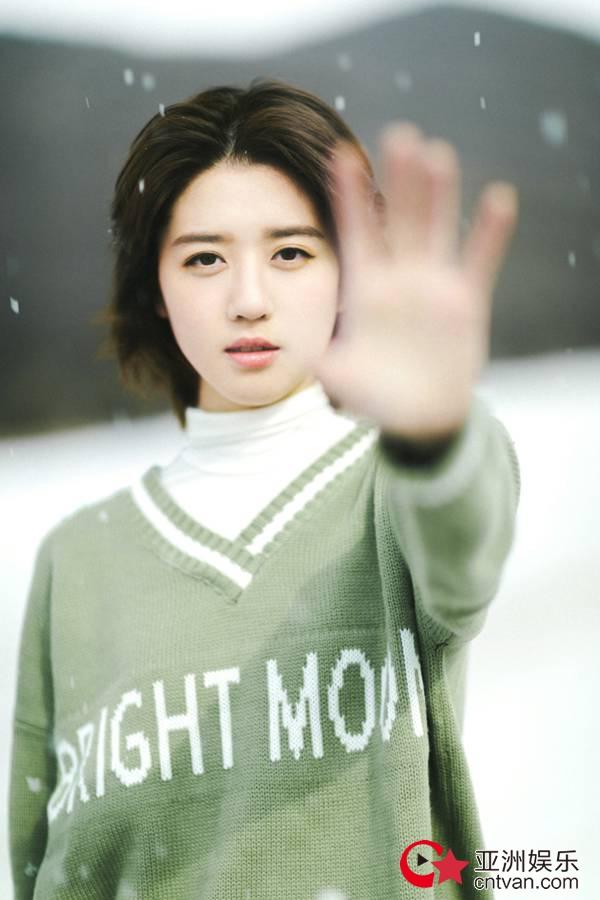 李凯馨雪中写真 抹茶绿毛衣温暖又文艺