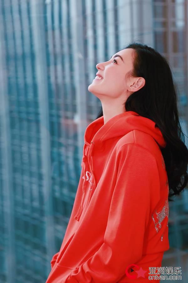 张柏芝红色卫衣写真美回少女 甜笑回眸杀十足撩人