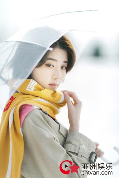 李凯馨撑伞漫步雪景中  清新文艺宛如《情书》