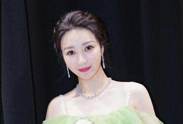 柳岩凭《受益人》斩获澳门国际电影节最佳女主角  翠裙露肩夺影后自信优雅