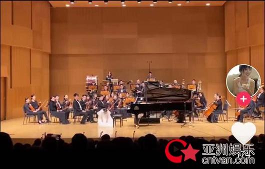 7岁甜馨台上演奏钢琴曲 李小璐台下录视频