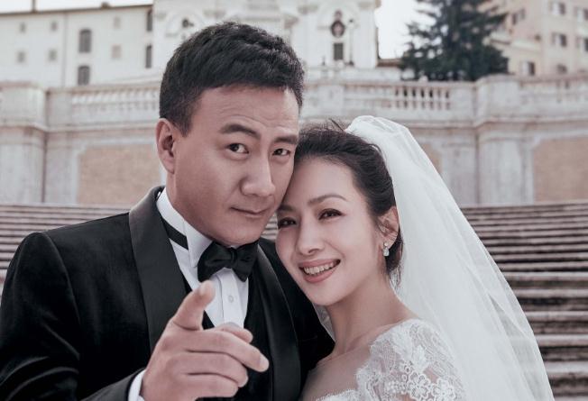 """胡军夫妇重游求婚故地 许愿池现最美""""瓷婚""""写真"""