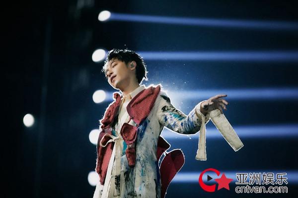 """吴青峰个人巡回演唱会""""太空备忘记2020""""台北小巨蛋2场门票 7分钟完售"""