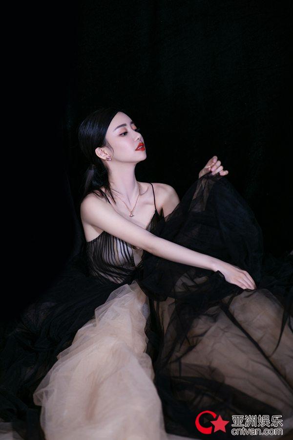 刘凡菲轻舞薄纱 飘逸灵动显高级性感