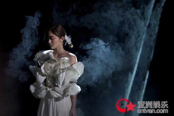 陈明憙Jocelyn《天使禁猎区》MV正式上线 挑战高难度反转写字倒转唱歌湿身淋雨