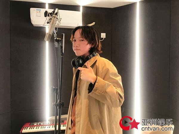 00后中文系少年周眠携带最新单曲给大家说一句《新年快乐》