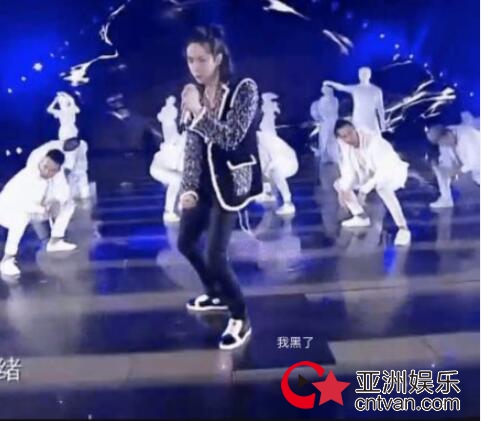 王一博踩坏地板 跨年晚会跳舞太用力LED踩黑屏!
