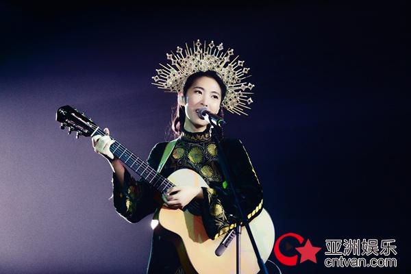 """王若琳""""爱的呼唤""""巡回演唱会上海初登场 身披华丽斗篷化身星空女神"""