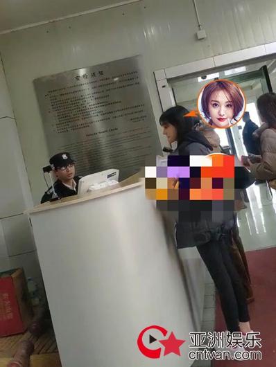 郑爽现身法院 疑正式起诉前男友张恒