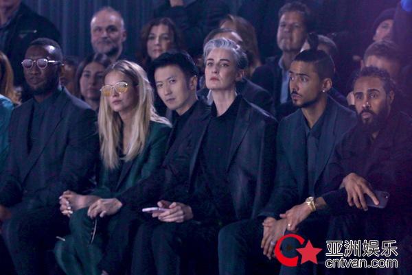 谢霆锋受邀出席米兰男装周   棕黑色印花西装尽显绅士型格