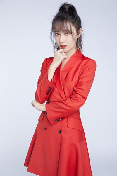 曹曦月新年组图公开 红色彰显自信态度