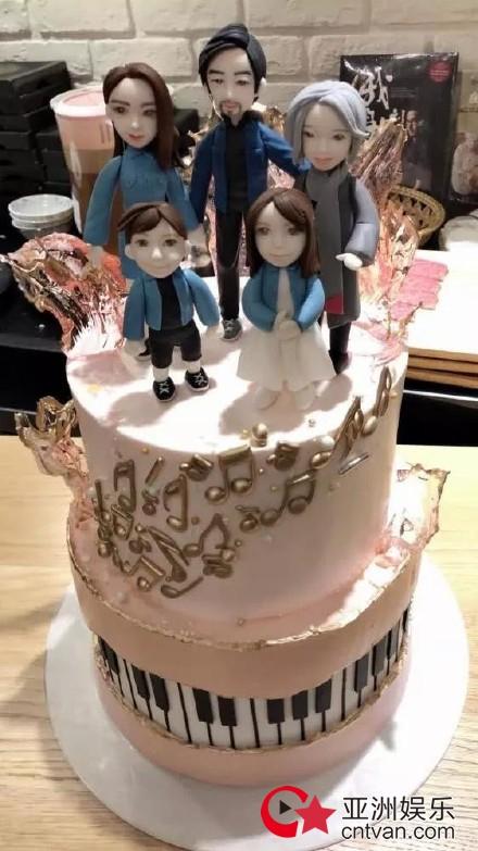 周杰伦生日派对现场照 一家五口生日蛋糕超有爱!
