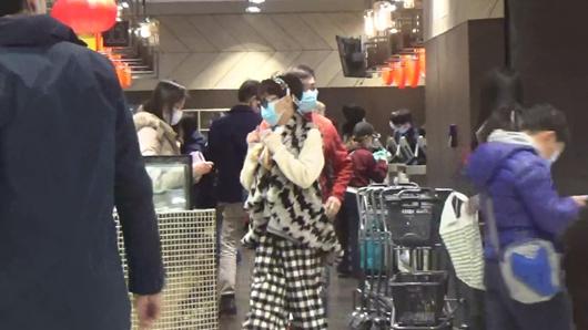 谢霆锋妈妈双层口罩 拉姑与老公外出采购生活用品