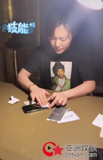 李云迪在线秀贴膜技能,网友惊呼:没想到你是这样的钢琴家