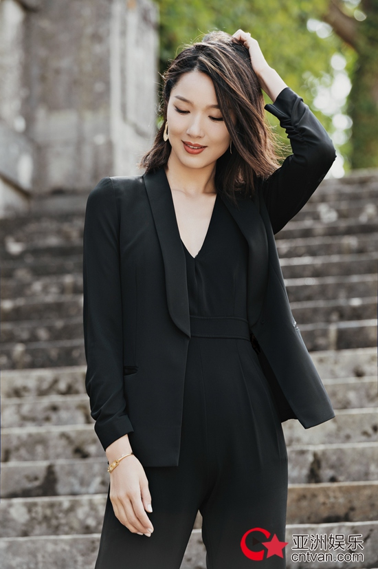 李亚男写真大片曝光 黑色连体裤穿搭尽显女强人气质